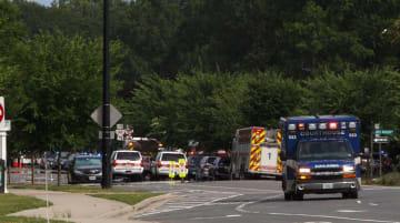 米南部バージニア州で乱射事件のあった現場近くに集まった緊急車両=5月31日、バージニアビーチ(バージニアパイロット・AP=共同)
