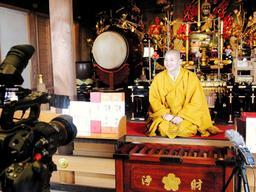 カメラの前で法話をする小池陽人副住職=須磨寺