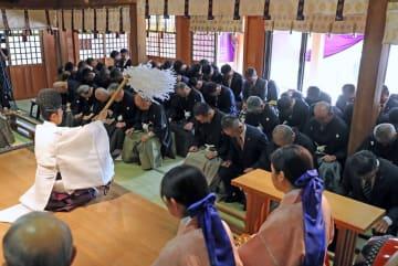 清祓で稽古の安全と奉納踊りの成功を祈願する踊町関係者=長崎市、諏訪神社