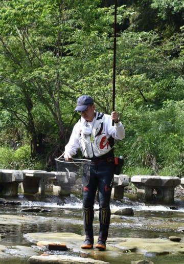 養老川でアユ釣りが解禁となり、早速釣り上げる愛好者も=1日