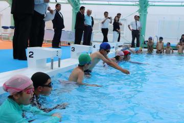 改修を終えたプールで泳ぎ初めをする子どもら=時津町
