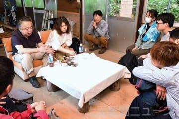 工藤さん夫妻(左)から話を聞く学生