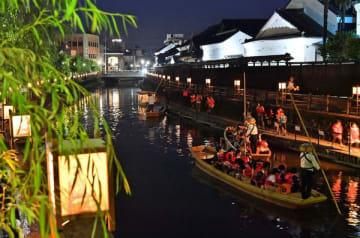 遊覧船が行き交う巴波川を彩る行灯
