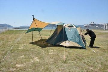 直島(左奥)を望む海辺に整備した「たまの湯キャンプ場」