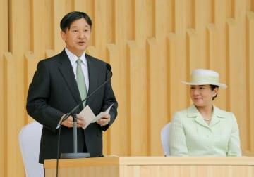 全国植樹祭の式典で、お言葉を述べられる天皇陛下と皇后さま=2日午前、愛知県尾張旭市の県森林公園(代表撮影)