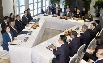 会談する韓国の鄭景斗国防相(左側中央)、シャナハン米国防長官代行(奥中央)、岩屋防衛相(右側中央)=2日、シンガポール(共同)