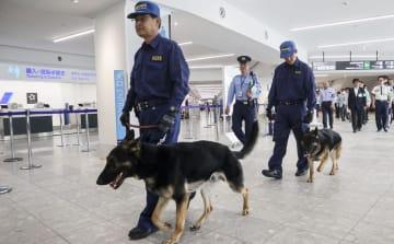 G20財務相・中央銀行総裁会議を前に、福岡空港で警戒に当たる警察官=5月28日