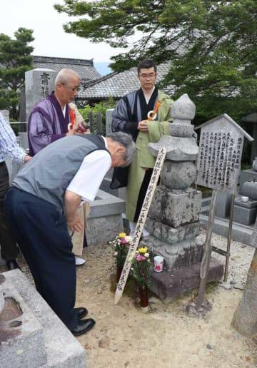信長の供養塔を参拝する参加者たち(京都府亀岡市東堅町・聖隣寺)