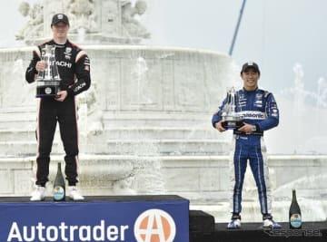 """デトロイト連戦の""""レース1""""で佐藤琢磨(右)が3位に。優勝はニューガーデン(左)。"""