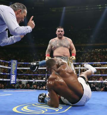ボクシング・ヘビー級世界戦 3回にダウンするアンソニー・ジョシュア。奥はアンディ・ルイス=ニューヨーク(ゲッティ=共同)