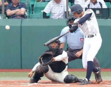 【関西-広島商】1回表関西1死二塁、白井が先制の右前適時打を放つ。捕手山路=みよし運動公園野球場