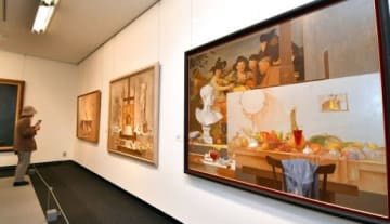 鹿児島市喜入出身の洋画家・伊牟田經正氏が描いた作品などが並ぶ会場=都城市立美術館