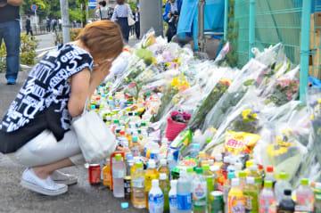 現場には数多くの花や菓子などが手向けられた=5月29日朝、川崎市多摩区
