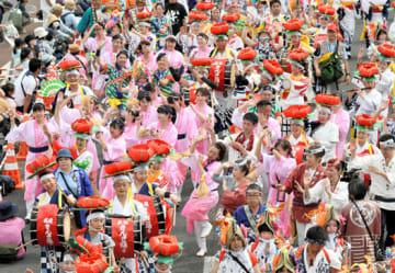 東北絆まつりのパレードのフィナーレで一緒に踊る6祭りの出演者。東北6県の思いが一つになった=2日午後、福島市・4号国道