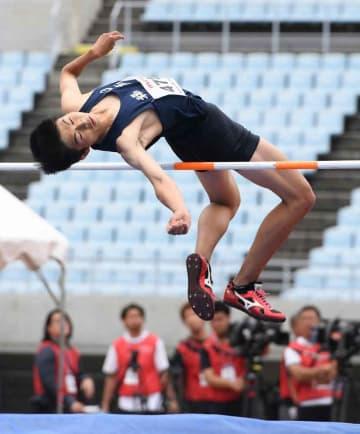 男子走り高跳び(切断などT47)決勝 日本新記録の1メートル73をクリアする足立=ヤンマースタジアム長居