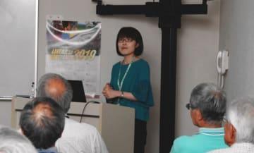 【木版と活版印刷の歴史について講義する中川学芸員=亀山市若山町の市歴史博物館で】