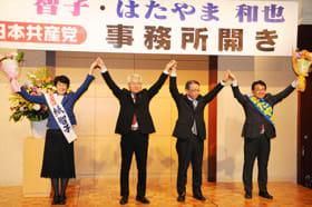 議席獲得に向け支持を訴える畠山氏(右端)と紙氏(左端)