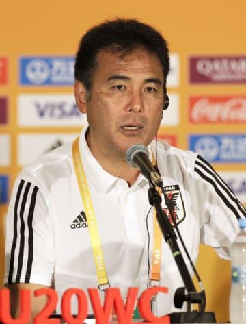 韓国との決勝トーナメント1回戦を控え、記者会見する影山監督=2日、ルブリン(共同)