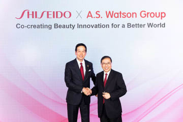 Shiseido CEO Masahiko Uotani, left, and A.S. Watson Group Managing Director Dominic Lai in Tokyo in April (Photo courtesy of Shiseido)