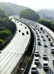 予測では下り線のピーク日だった5月3日は、実際は上りのピーク日に。中国道でも上り線の宝塚トンネル付近から車列ができた=西宮市名塩木之元