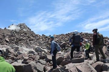 冷えて固まった溶岩が不安定に折り重なる平成新山の山頂付近(5月21日撮影)