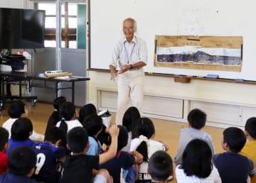 噴火災害について子どもたちに語る満行さん=5月7日、島原市立第三小