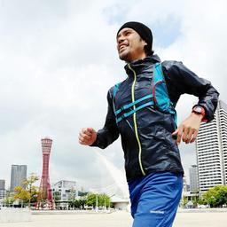 100日連続フルマラソンを達成した書家で詩人の上山光広さん=神戸市中央区波止場町、メリケンパーク(撮影・鈴木雅之)
