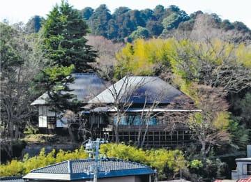塩釜神社境内の高台に立つ勝画楼。雨漏り対策のため、建物の屋根全体をガルバリウム鋼板で覆った。中央右が東向き書院=4月