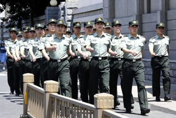 天安門広場近くで警備に当たる人民解放軍=3日、北京(共同)