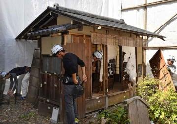 移築保存に向けた解体工事が始まった大久保利通の茶室「有待庵」(3日午前9時24分、京都市上京区)