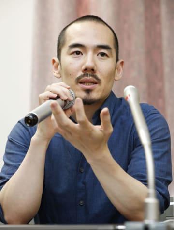 記者会見をする映画「主戦場」のミキ・デザキ監督=3日午後、東京都内