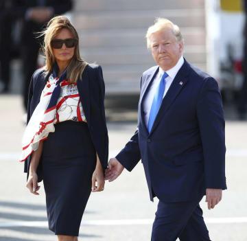 3日、ロンドン郊外のスタンステッド空港に到着するトランプ米大統領(右)とメラニア夫人(ロイター=共同)