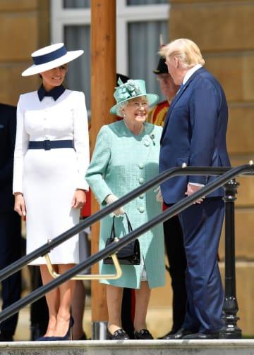 3日、ロンドンのバッキンガム宮殿で話すエリザベス英女王(中央)とトランプ米大統領(ロイター=共同)