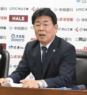 運営会社「岡山シーガルズ」の代表取締役に就任し、抱負を述べる河本昭義氏=岡山市内