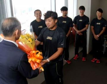 世界選手権での活躍を誓った松田光(中央)ら平林金属クの選手たち