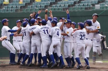 創部12年目で初の全国大会出場を決め、喜びを爆発させるシティライト岡山の選手たち=倉敷マスカット