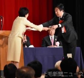 表彰状を受け取る山本市長