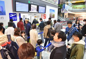 搭乗客で混雑する茨城空港旅客ターミナルビルのロビー=4月26日、小美玉市与沢