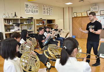「ブラスト!」メンバーから演奏指導を受ける吹奏楽部員=南陽市・南陽高