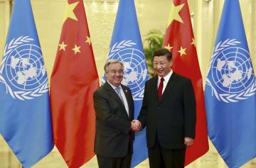 北京の人民大会堂で中国の習近平国家主席(右)と握手する国連のグテレス事務総長=4月26日(国連提供・共同)