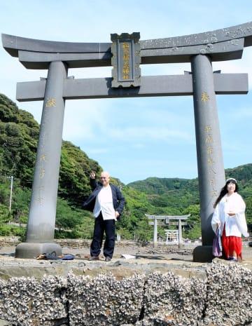 声の奉納を行った天童さん(左)と紫さん。奥は和多都美神社の本殿=対馬市