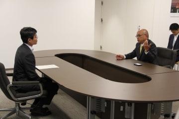 平田副知事(左)に佐賀県の立場を説明する坂本副知事=佐賀県庁