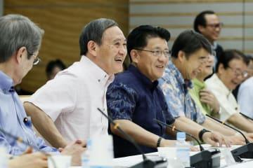 デジタル・ガバメント閣僚会議に臨む菅官房長官(左から2人目)ら=4日午前、首相官邸