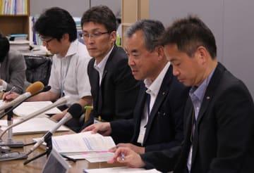 裁決内容について説明する長崎県職員=県庁