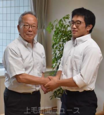 清水市長に世界大会の出場を報告する城所さん(右)