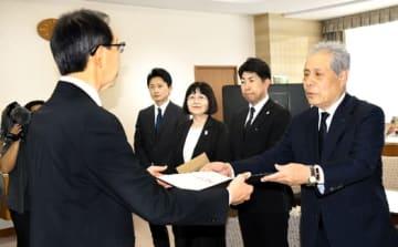 内堀知事に目録を手渡す家坂代表(右)