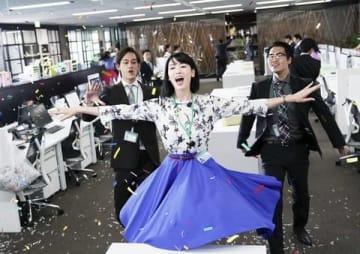 映画「ダンスウィズミー」で主演を務める三吉彩花さん(中央)(C)2019 映画「ダンスウィズミー」製作委員会