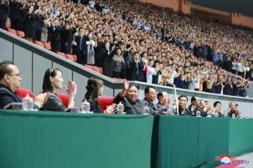 マスゲーム・芸術公演「人民の国」を観覧する金正恩朝鮮労働党委員長(中央)ら。左から2人目が金与正氏=3日、平壌のメーデースタジアム(朝鮮中央通信=共同)