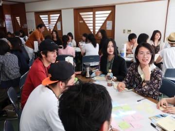 参加者がフォトブックのアイデアを出し合ったオフ会=5月25日、葉山町一色