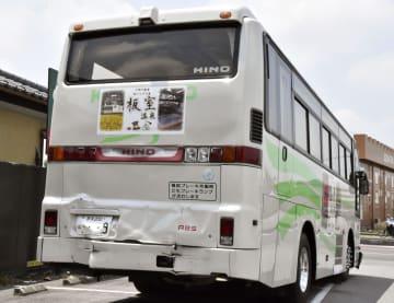 信号待ちで停車中に追突された大型バス=4日午前11時32分、栃木県さくら市